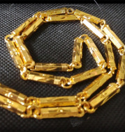 Men imitate gold necklaces