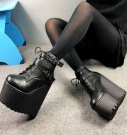Inwardly high ankle boots