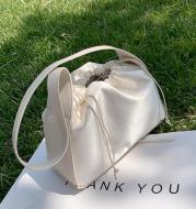 Single shoulder pumping bucket bag