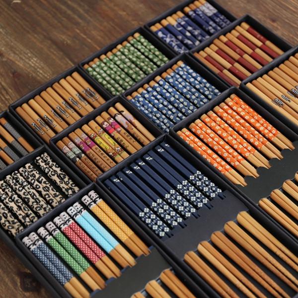 Foto diferentes diseños palillos de bambú estilo japonés