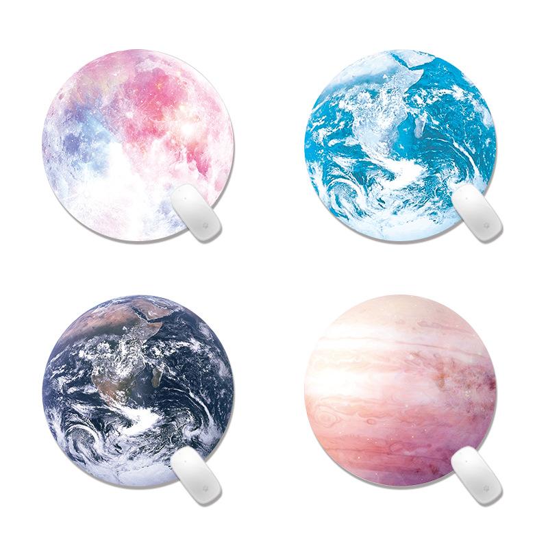 tous nos modèles planète sous mains