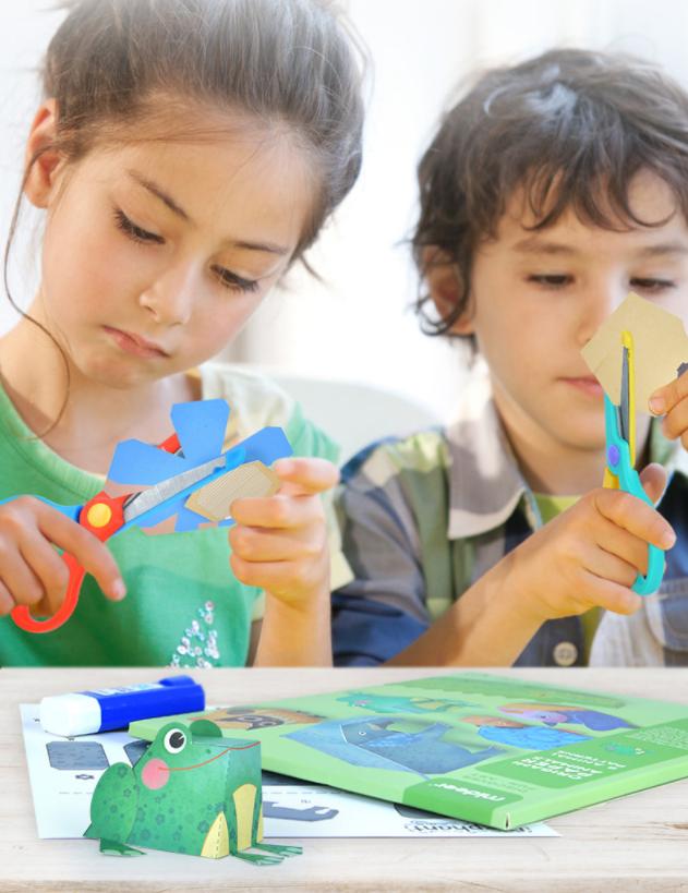 Niños jugando con libro manualidades origami animales 3D