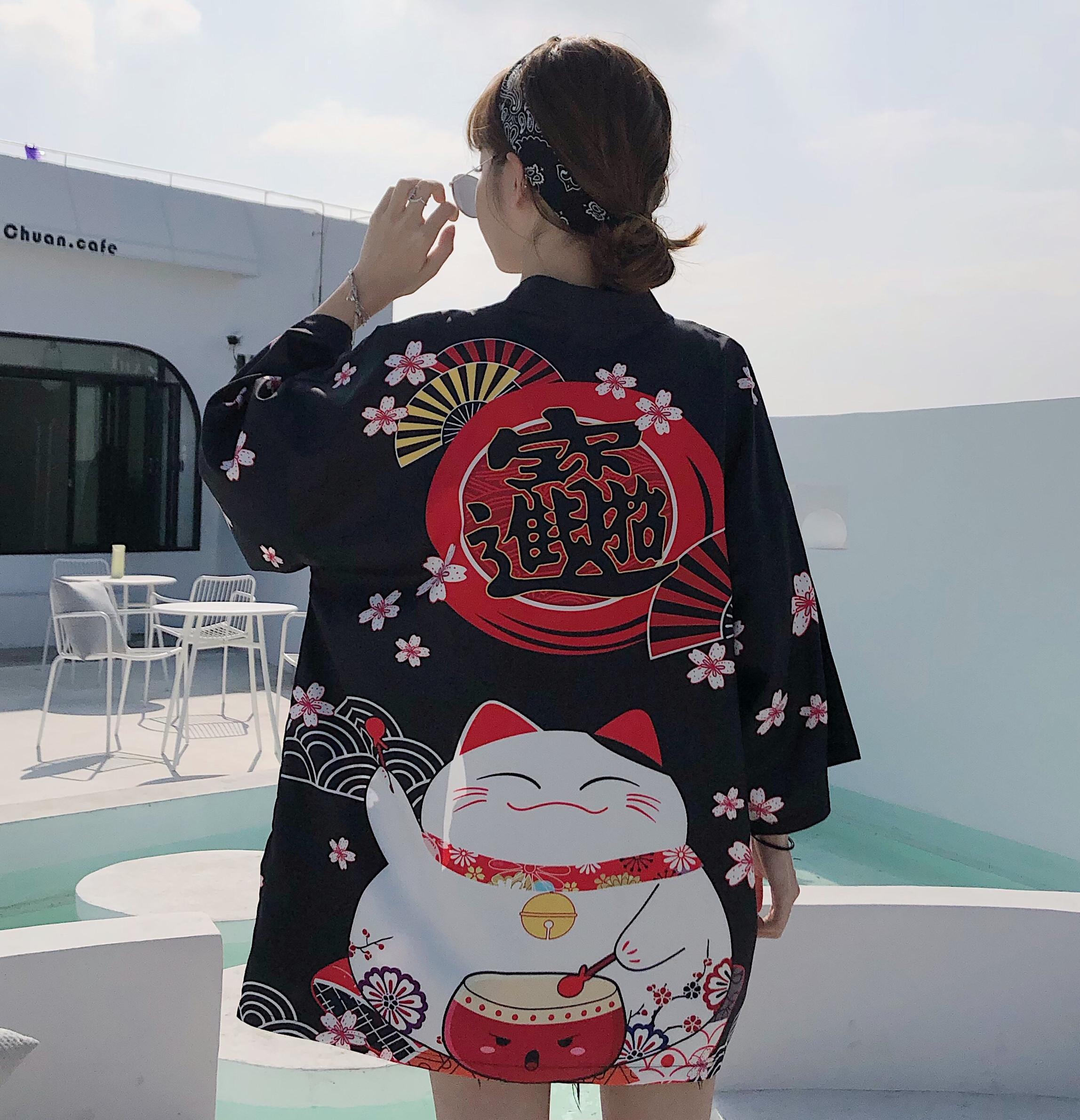 Foto trasera Chaqueta Haori estilo japonés mujer Maneki Neko negra