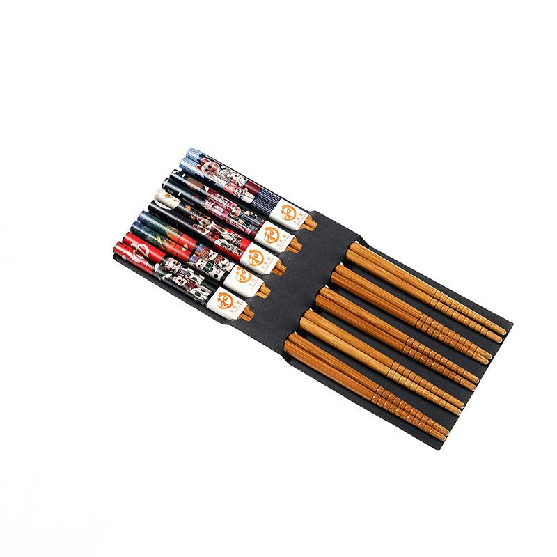 Presentación en caja de los palillos madera estilo japonés