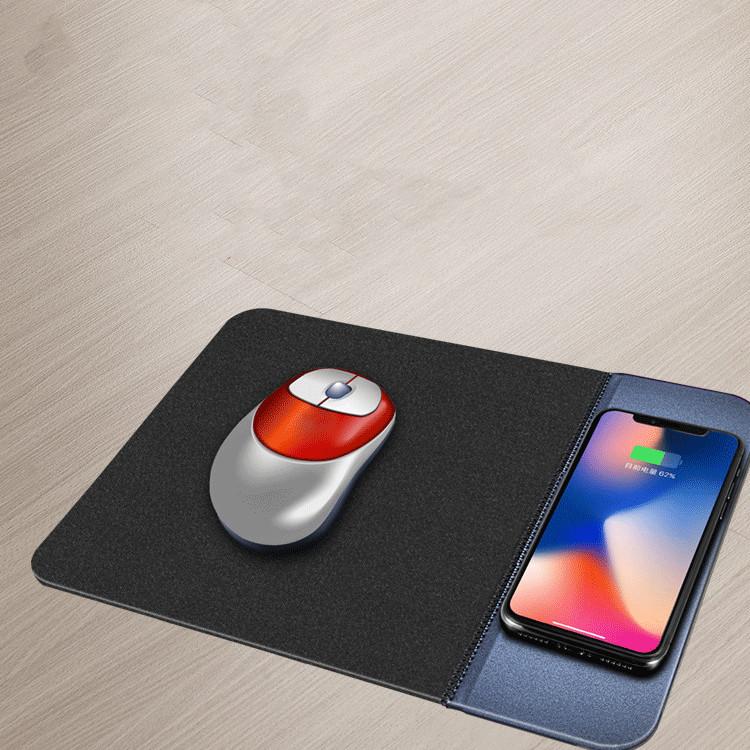 souris posée sur un tapis avec un téléphone qui charge à côté